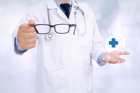 oculist: Oculista dar un par de gafas durante una visita, doctor, médico inteligente trabajando con el fondo abstracto bokeh borrosa Foto de archivo