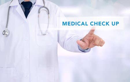 Doktor Hand berühren medizinischen Check up Zeichen auf virtuellen Bildschirm