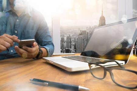 silueta masculina: Recortada silueta del tiro de las manos de un hombre con un ordenador portátil en casa, vista trasera, joven estudiante masculino escribiendo en el teléfono en madera, café, sol filtro