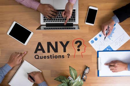ręce biznesu zespół w pracy z raportów finansowych i laptopa, jakieś pytania?