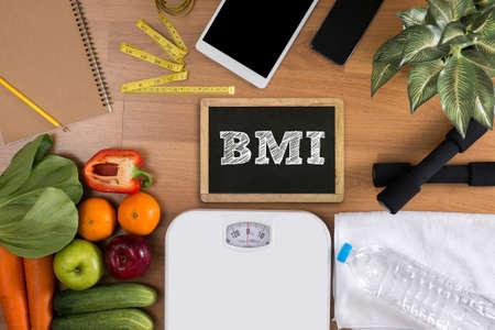 vista desde arriba, la aptitud y el concepto de la pérdida de peso, pesas, escamas blancas, toallas, fruta, índice de masa corporal de masa corporal formula de la fórmula del índice en una tabla