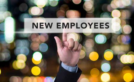 Nouveaux employés Concept, l'homme d'affaires avec la main en appuyant sur un bouton sur flou fond abstrait