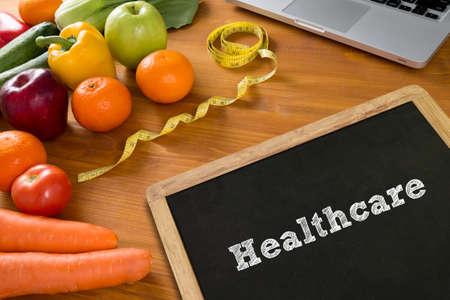 balanza de laboratorio: Concepto de salud: Cuidado corporal, frutas y cinta métrica en una mesa de madera, vista desde arriba, copia espacio libre Foto de archivo