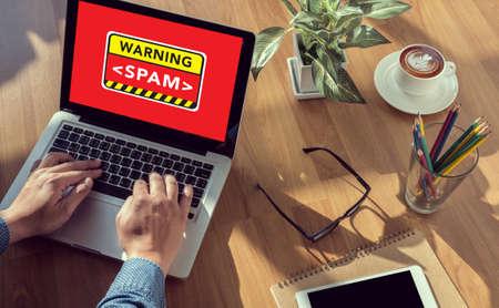 通信: ビジネス テーブル、コーヒー、スプリット トーン警告スパム CONCECT の男の手 写真素材