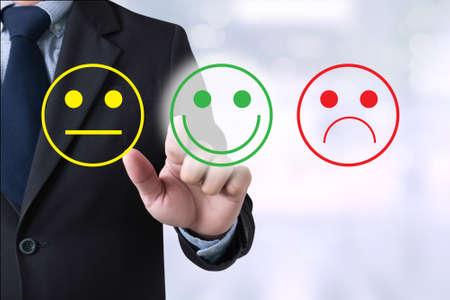 Geschäftsmann wählen glücklich auf die Zufriedenheit Bewertung? Hand touchhappy Standard-Bild