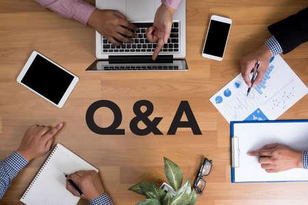 Preguntas y respuestas: preguntas y respuestas, equipo de negocios, manos en el trabajo, informes financieros, y, computadora portátil, vista superior