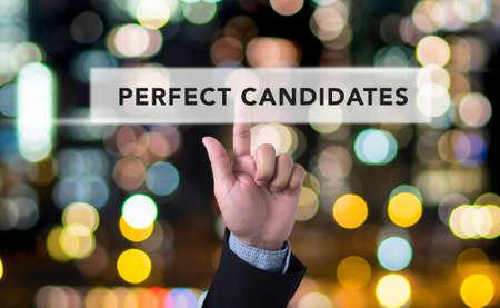 PERFECTO CANDIDATOS concepto del hombre de negocios con la mano presionando un botón en el fondo borrosa resumen Foto de archivo