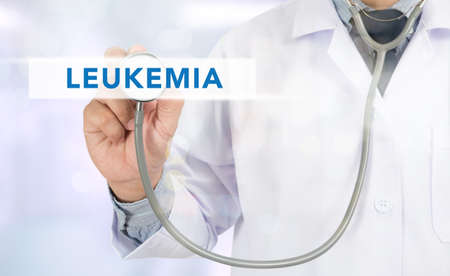 leucemia: LEUCEMIA concepto de medicina m�dico mano de trabajo en la pantalla virtual