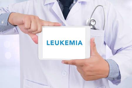leukemia: LEUCEMIA CONCEPTO Doctor que sostiene la tableta digital