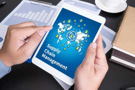SCM Supply Chain Management concepto La gente moderna Negocios, gráficos y tablas que se demostraron en la pantalla de un touch-pad,