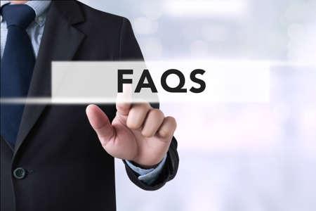 manos Preguntas más frecuentes Preguntas más frecuentes Realimentación Concepto negocios que toca en la pantalla virtual y fondo borroso de la ciudad Foto de archivo