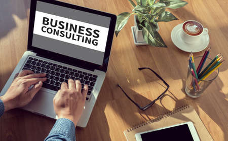 Business consulting CONCEPT man de hand op tafel Business, koffie, Split toon Stockfoto
