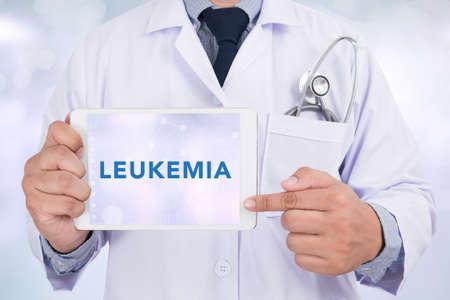 leucemia: LEUCEMIA CONCEPTO Doctor que sostiene la tableta digital