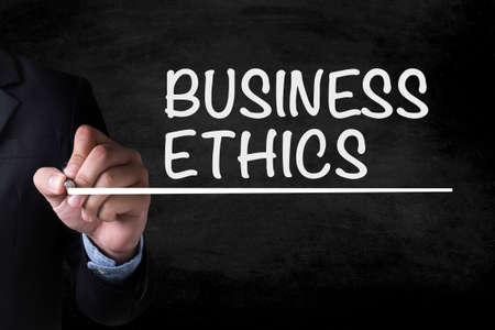 etica: Ética y dibujo en la pizarra hombre de negocios Página
