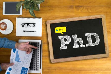 PhD doktor filozofii wykształcenie Graduation Biznesmen pracy przy biurku i za pomocą komputera i obiektów, widok z góry Zdjęcie Seryjne