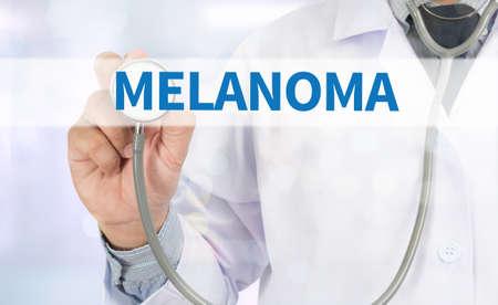 insolaci�n: MELANOMA Medicina m�dico mano de trabajo en la pantalla virtual