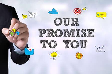 Onze belofte aan u en Zakenman die landing page op bord Stockfoto