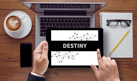 木造の白い背景、タブレット pc 画面上の運命の概念ヴィンテージ黒板が保有する実業家の手 - オンラインでトップ ビュー