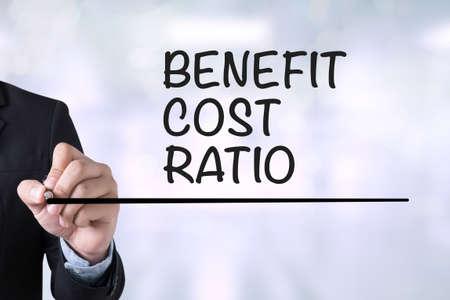 Kosten-Nutzen-Geschäftsmann RATIO Zeichnung Landing-Page auf unscharfen abstrakten Hintergrund