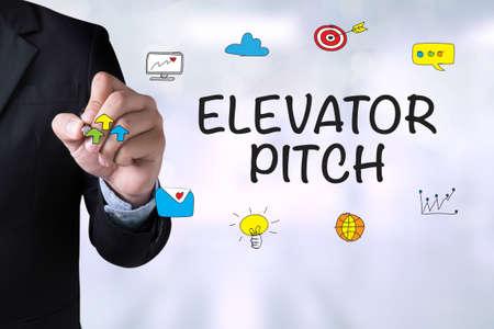 Elevator Pitch en Zakenman die landing page op bord