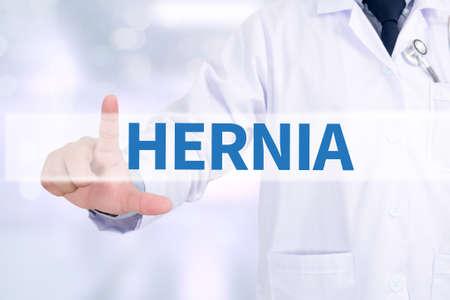 医療とコンピューターのインターフェイスを持つ働くヘルニア医学医師 写真素材