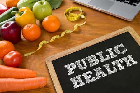 salud publica: P�BLICO aptitud de la salud y el concepto de la p�rdida de peso, frutas y cinta m�trica en una mesa de madera, vista desde arriba Foto de archivo