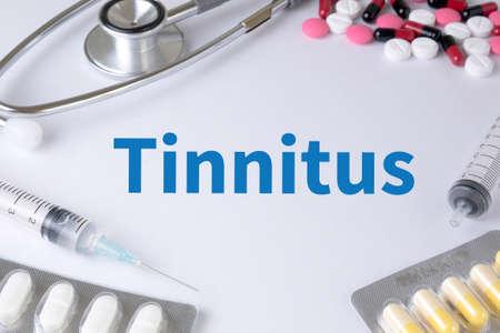dolor de oido: Tinnitus texto, en el fondo de Medicamentos Composición, estetoscopio, mezclar medicamentos para la terapia contra la gripe médico medicina farmacia antibiótico médica