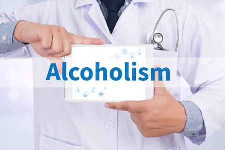alcoholismo: El alcoholismo Doctor que sostiene la tableta digital