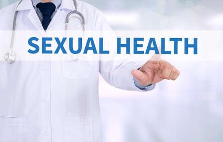 salud sexual: Doctor en medicina sexual salud que trabajan con interfaz de ordenador como médica