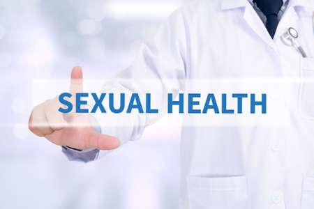 salud sexual: Doctor en medicina sexual salud que trabajan con interfaz de ordenador como m�dica