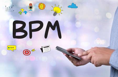 BPM - Business Process Management personne tenant un smartphone floue Cityscape fond