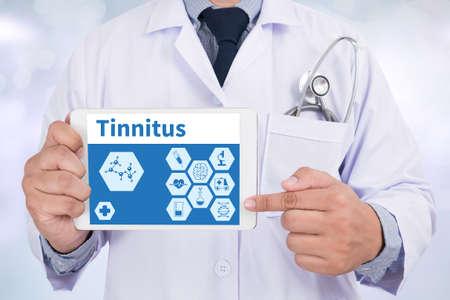 dolor de oido: Tinnitus Doctor que sostiene la tableta digital