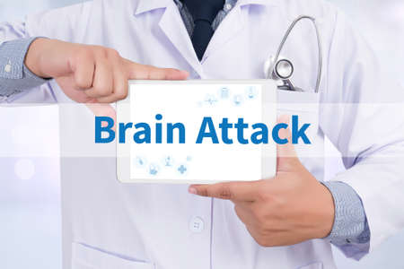 hemorragia: Ataque cerebral Doctor que sostiene la tableta digital