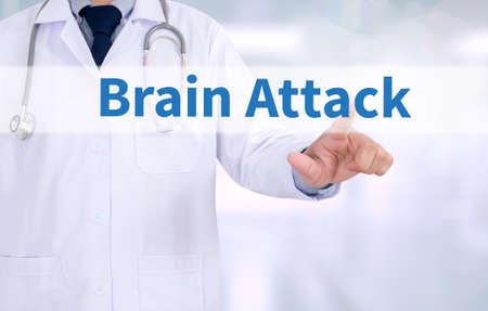 hemorragia: Ataque cerebral Medicina m�dico que trabaja con el interfaz de ordenador como m�dica Foto de archivo