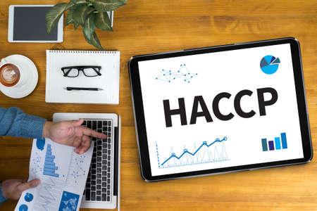 HACCP ビジネスマンのオフィスの机で働いて、コンピューター オブジェクト、コーヒー、トップ ビューを使用して