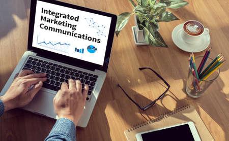 通信: ビジネス テーブル、コーヒー、スプリット トーン統合マーケティング コミュニケーション (IMC) の男の手