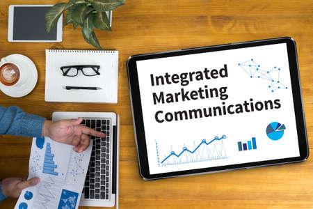 通信: 統合マーケティング コミュニケーション (IMC) ビジネスマンのオフィスの机で働いて、コンピューター オブジェクト、コーヒー、トップ ビューを使