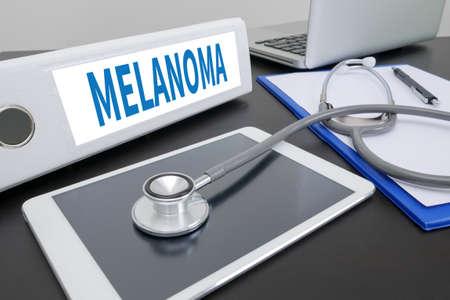 insolación: MELANOMA carpeta en el escritorio en la mesa. Foto de archivo