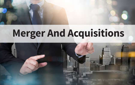 M & A (fusies en overnames) en zakenman werken met moderne technologie
