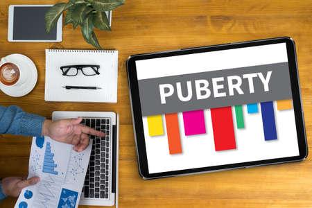 pubertad: PUBERTAD de negocios que trabaja en el mostrador de la oficina y el uso de equipo y objetos, café, vista desde arriba,