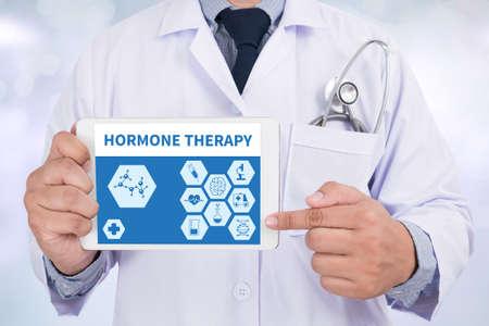 HORMONOTERAPIA Doctor que sostiene la tableta digital Foto de archivo