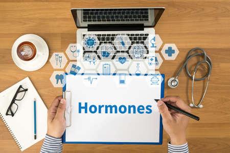 hormonas: Las hormonas de desarrollo de negocios Vista superior, doctor escritura de la enfermera en un sujetapapeles, equipos médicos Foto de archivo