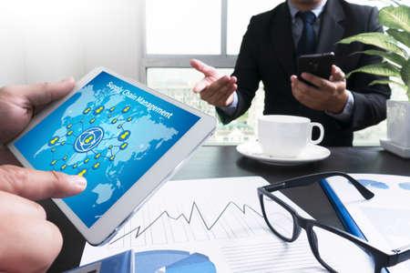 SCM 공급 체인 관리 개념 터치 패드를 가리키는 사업가 격리 된 화면으로 데이터와 타블렛