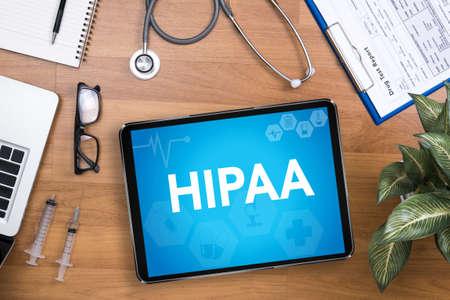 HIPAA 전문 의사가 컴퓨터 및 의료 장비를 사용하며 데스크톱 탑 뷰 스톡 콘텐츠 - 62275129