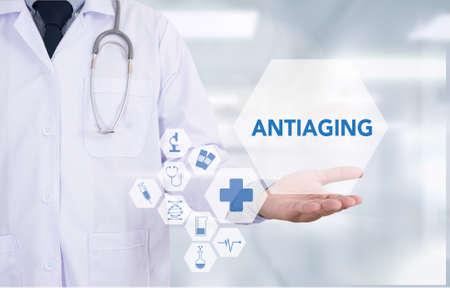 elasticity: Medicina antienvejecimiento médico mano ordenador de trabajo de uso profesional médico y equipo médico a su alrededor, escritorio vista desde arriba Foto de archivo