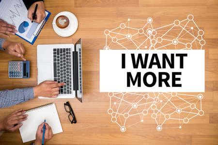 VOGLIO PIÙ team di lavoro a lavoro con relazioni finanziarie e un laptop