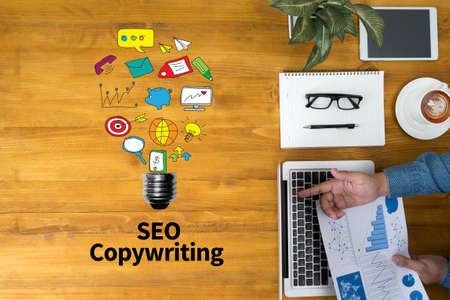 SEO copywriting Zakenman werken op kantoor en het gebruik van de computer en objecten, koffie, bovenaanzicht, met een kopie ruimte