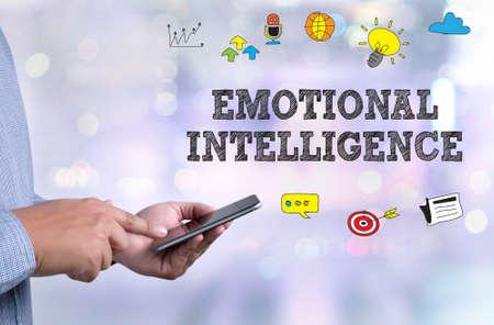 inteligencia emocional: EMOCIONAL INTELIGENCIA persona sosteniendo un teléfono inteligente en el fondo del paisaje urbano borrosa