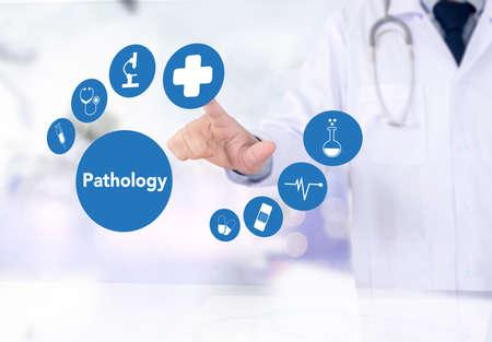 diagnóstico de la patología en el laboratorio de patología, pensando Enfermedades Foto de archivo