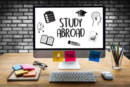 STUDIE IN HET BUITENLAND Doordachte mannelijke persoon die op zoek is naar het digitale tabletscherm, laptopscherm, silhouet en filterzon